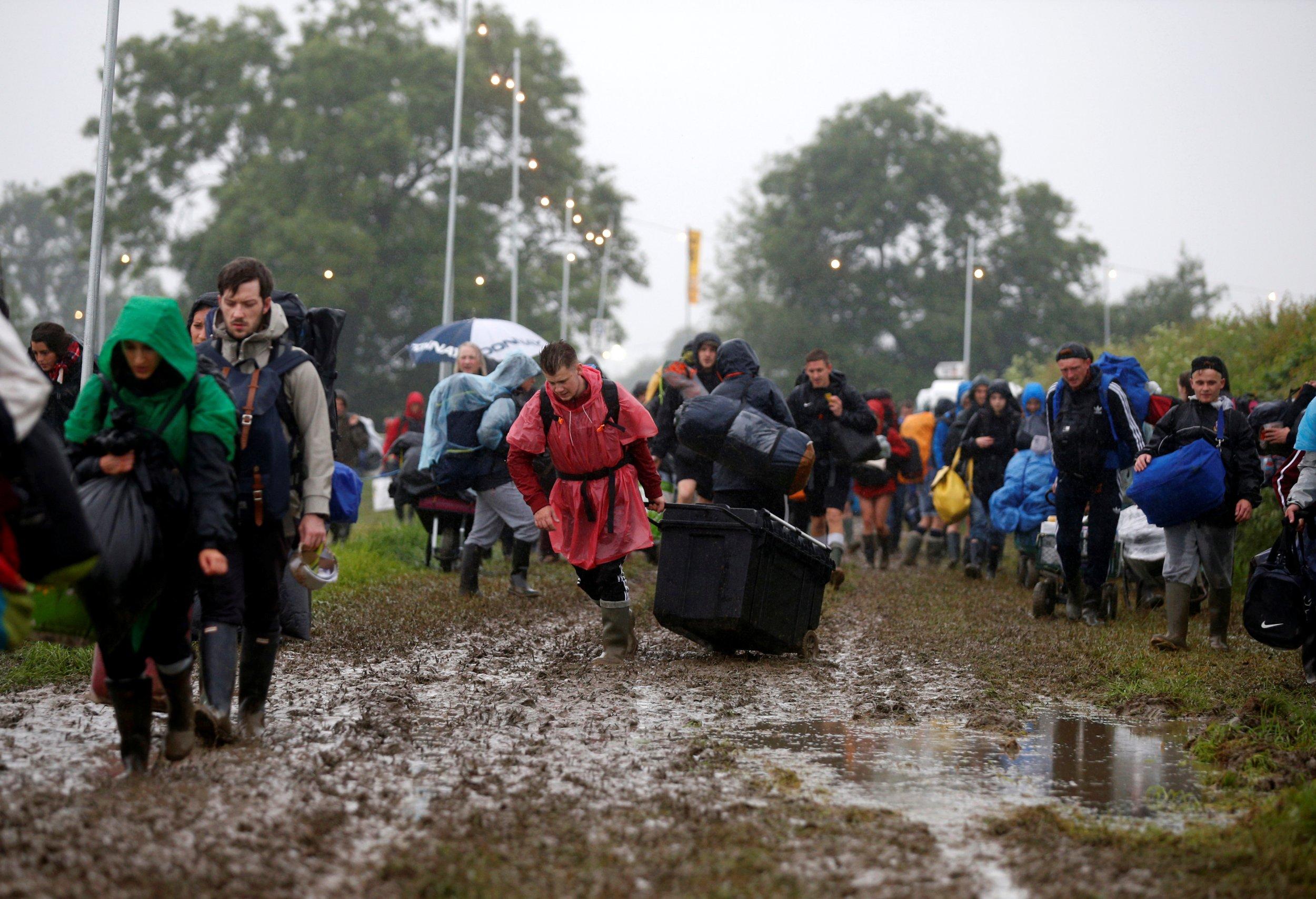 Glastonbury mud chaos 2016