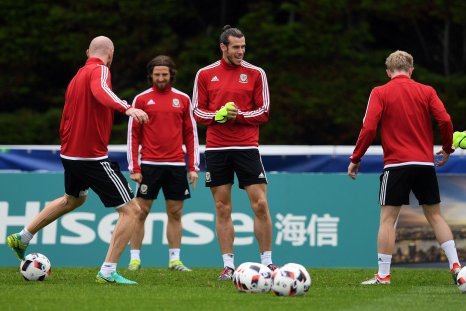 Gareth Bale, center, with Wales team mates.