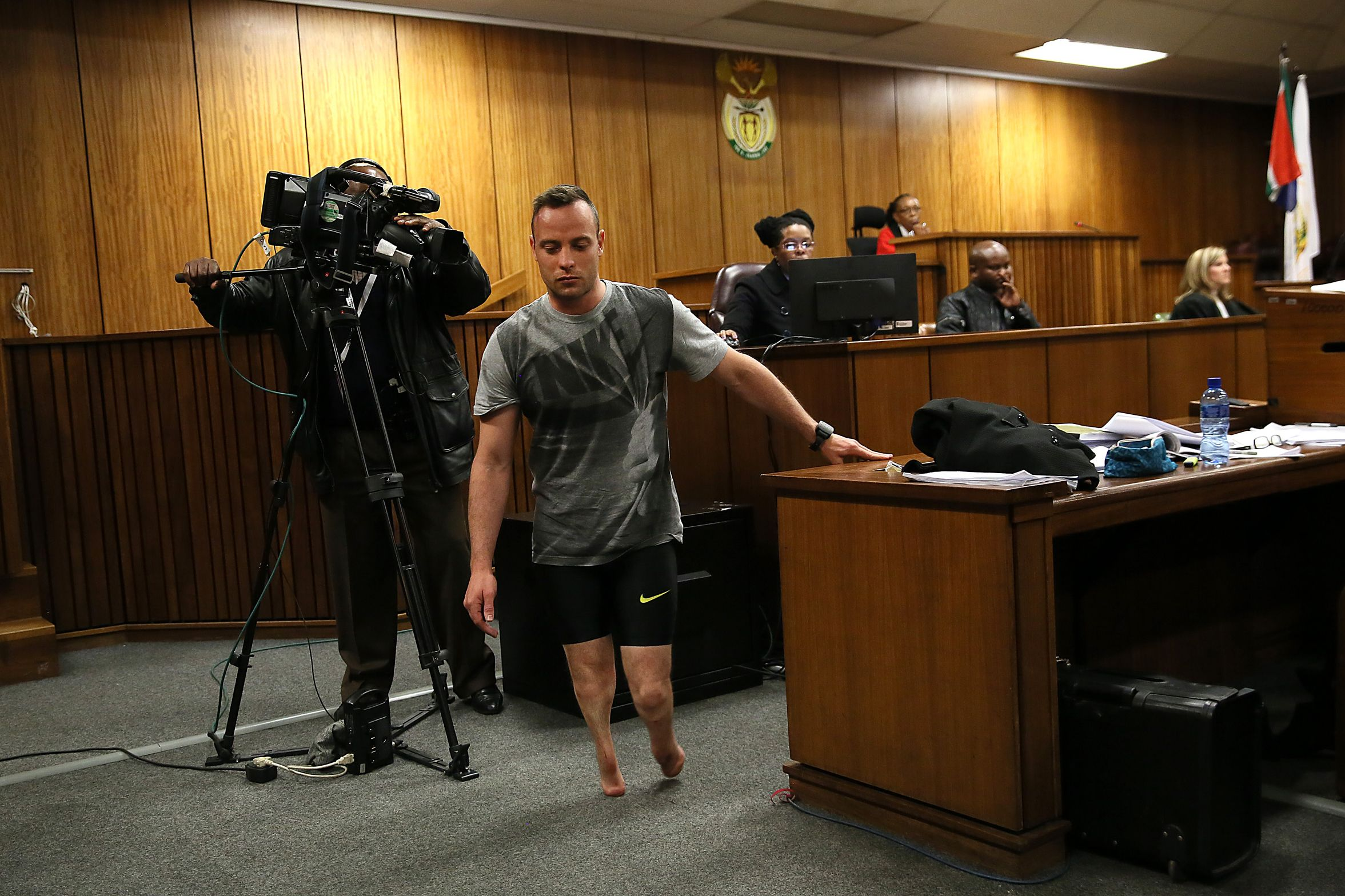 Oscar Pistorius walks without stumps