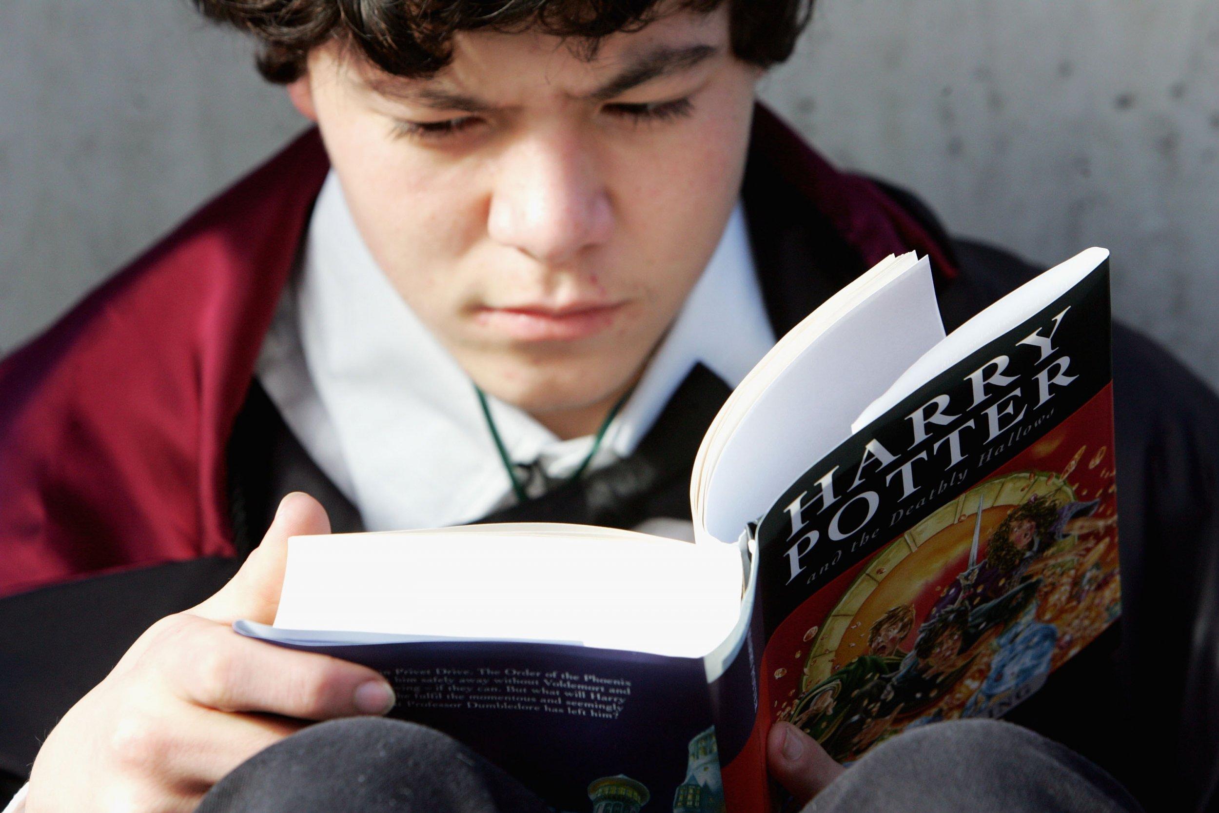 Fan reading Harry Potter