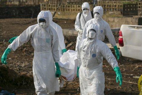 08_26_EbolaBurialTeam_02