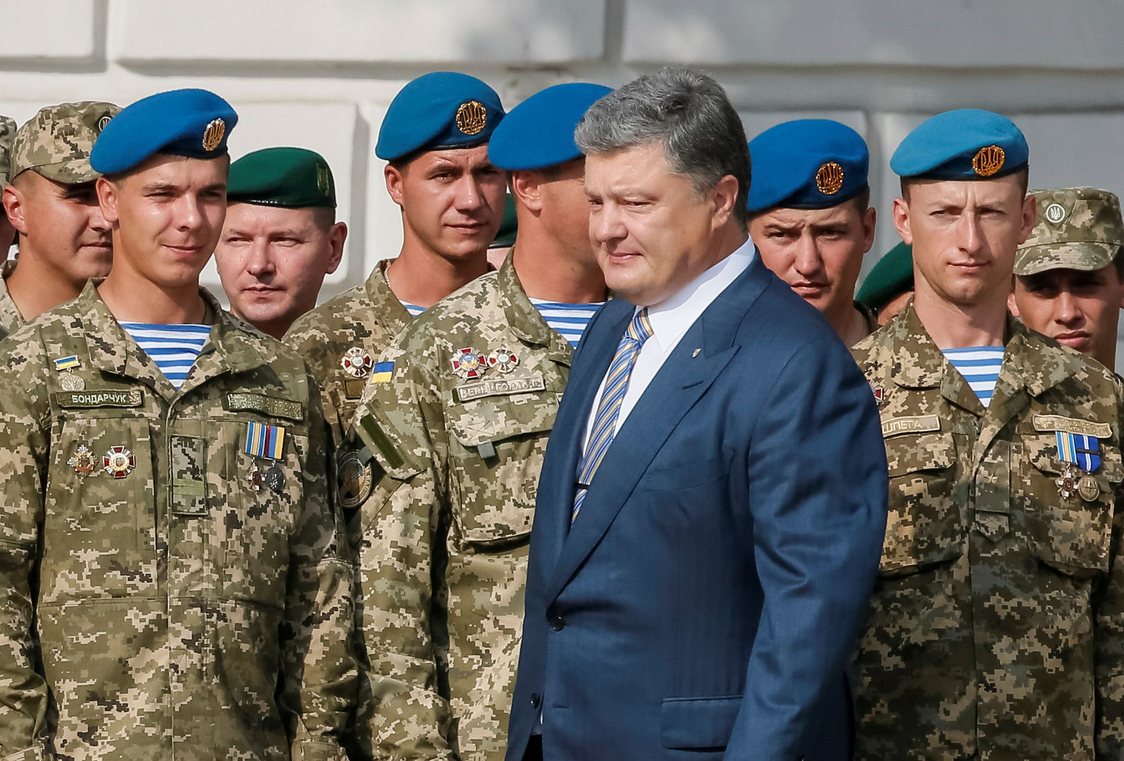 Poroshenko and Ukrainian soldiers