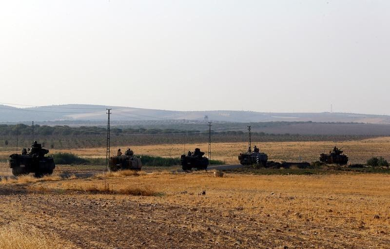 Turkish tanks moving towards the Syrian border