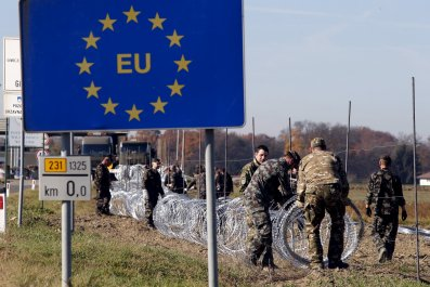 Slovenian soldiers set up wire barriers