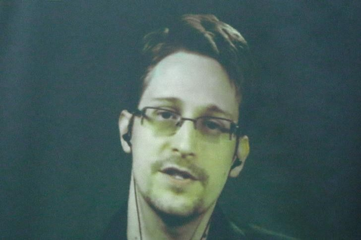10_28_Snowden_Spy_01