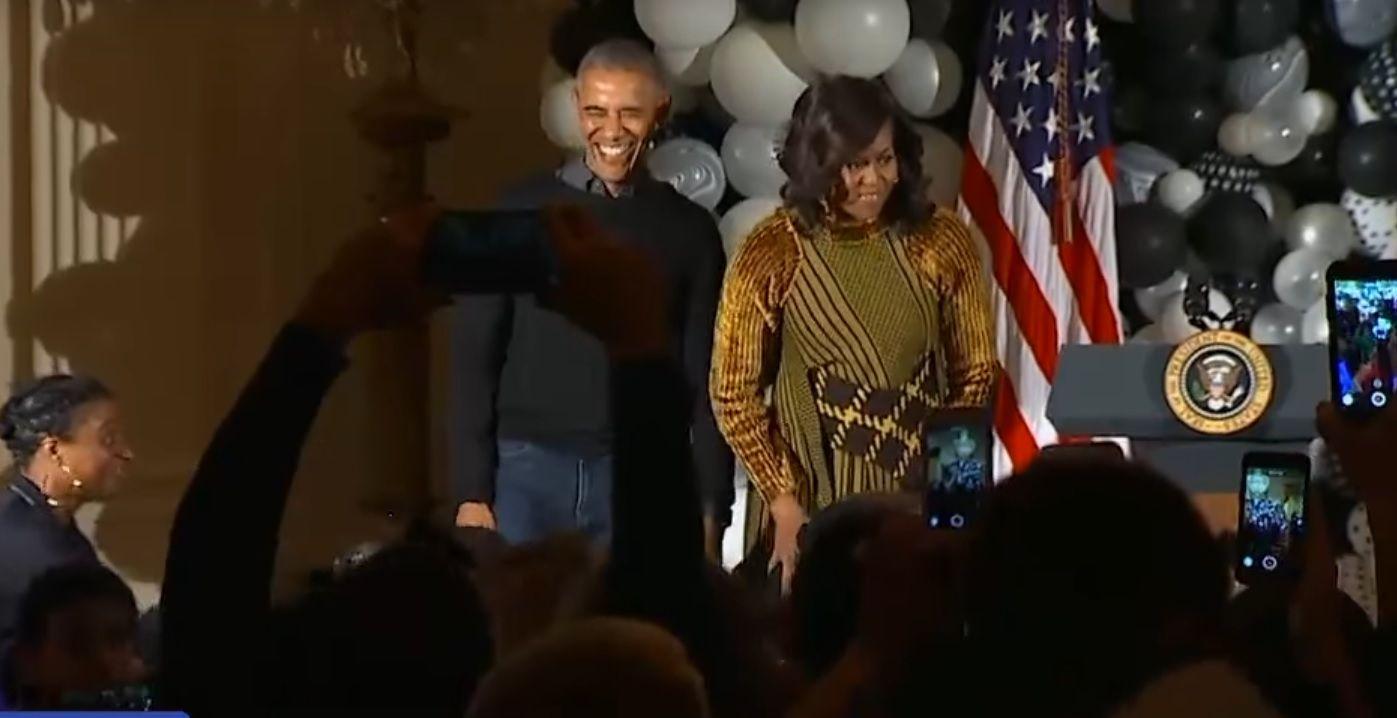 Barack Obama dances to Thriller