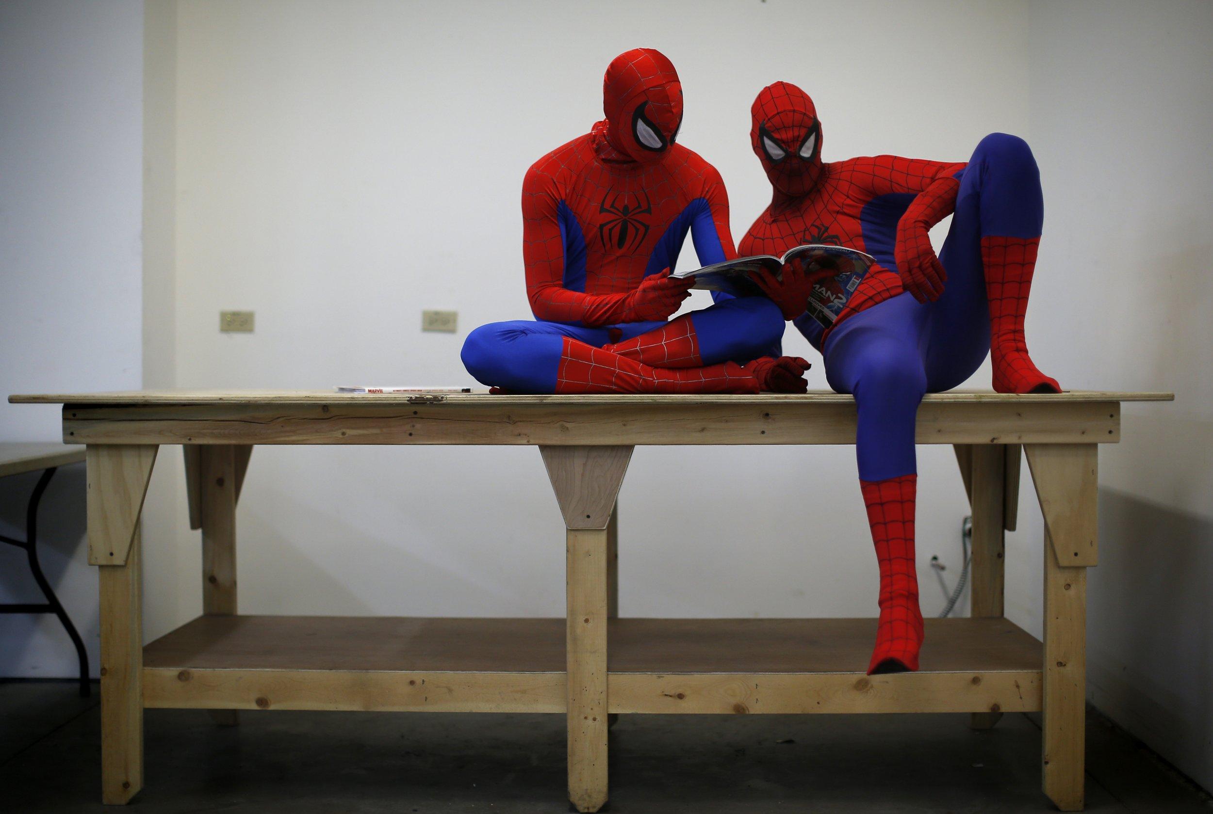 2 spidermen