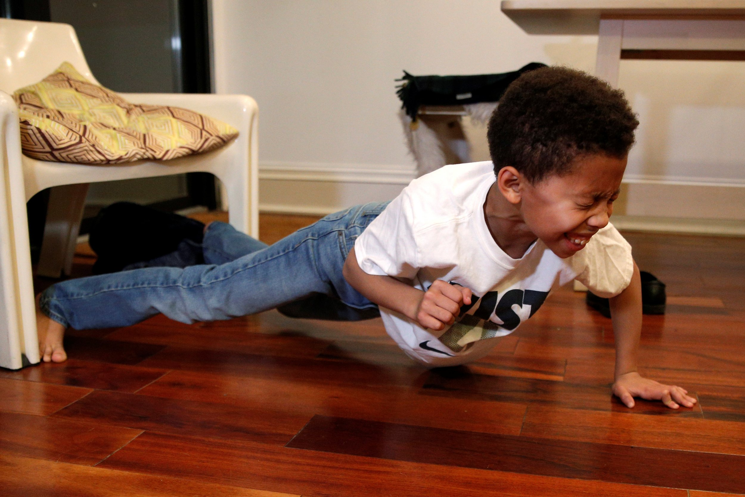 kid does push-ups