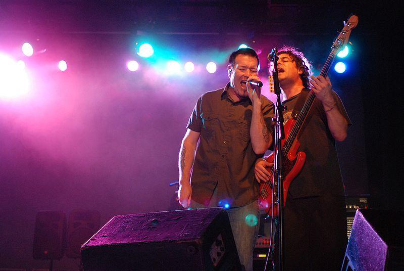 800px-Steve_Harwell_and_Paul_De_Lisle_-_Rock_band_Smashmouth