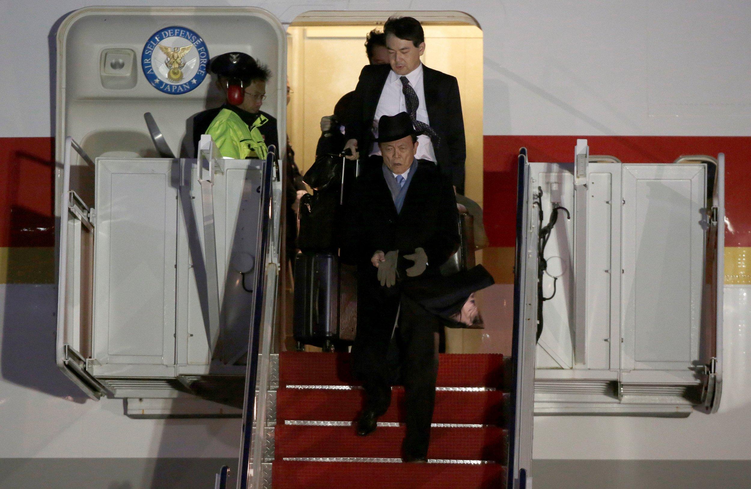 Abe leaves plane to meet Trump