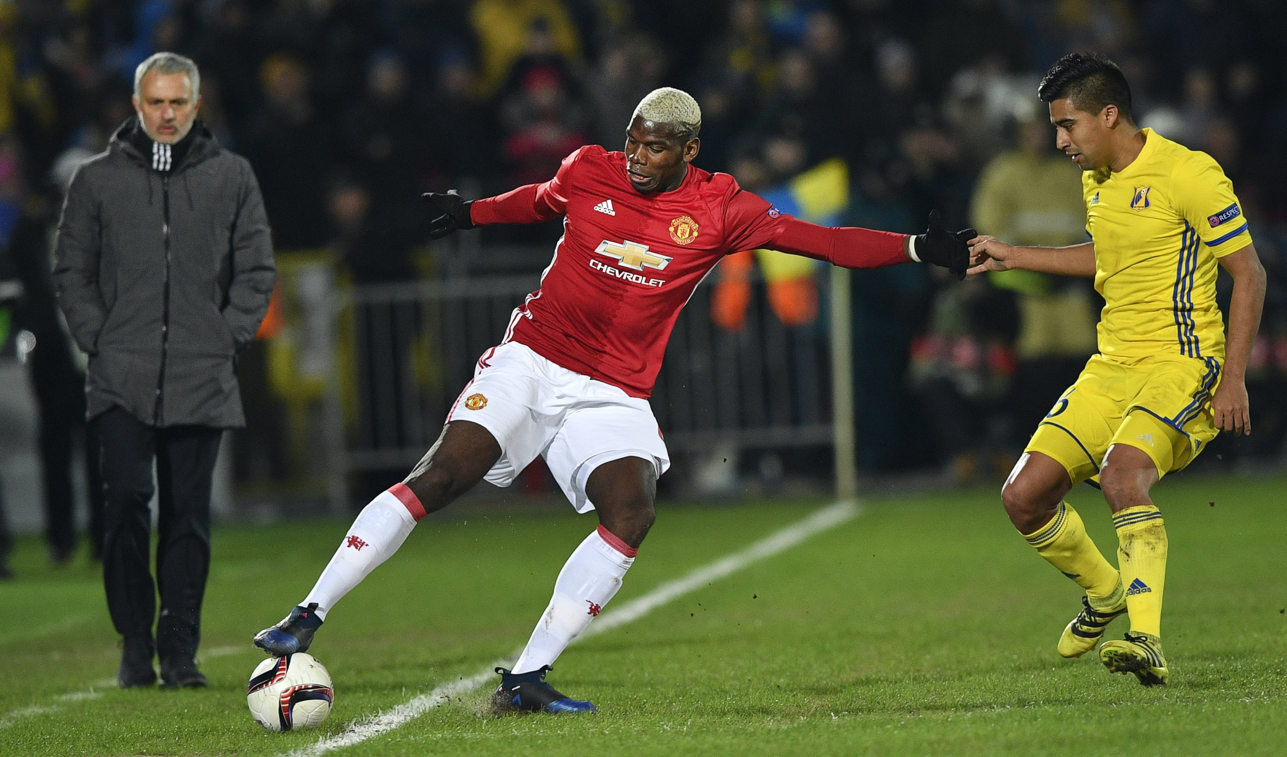 Manchester United midfielder Paul Pogba, center.