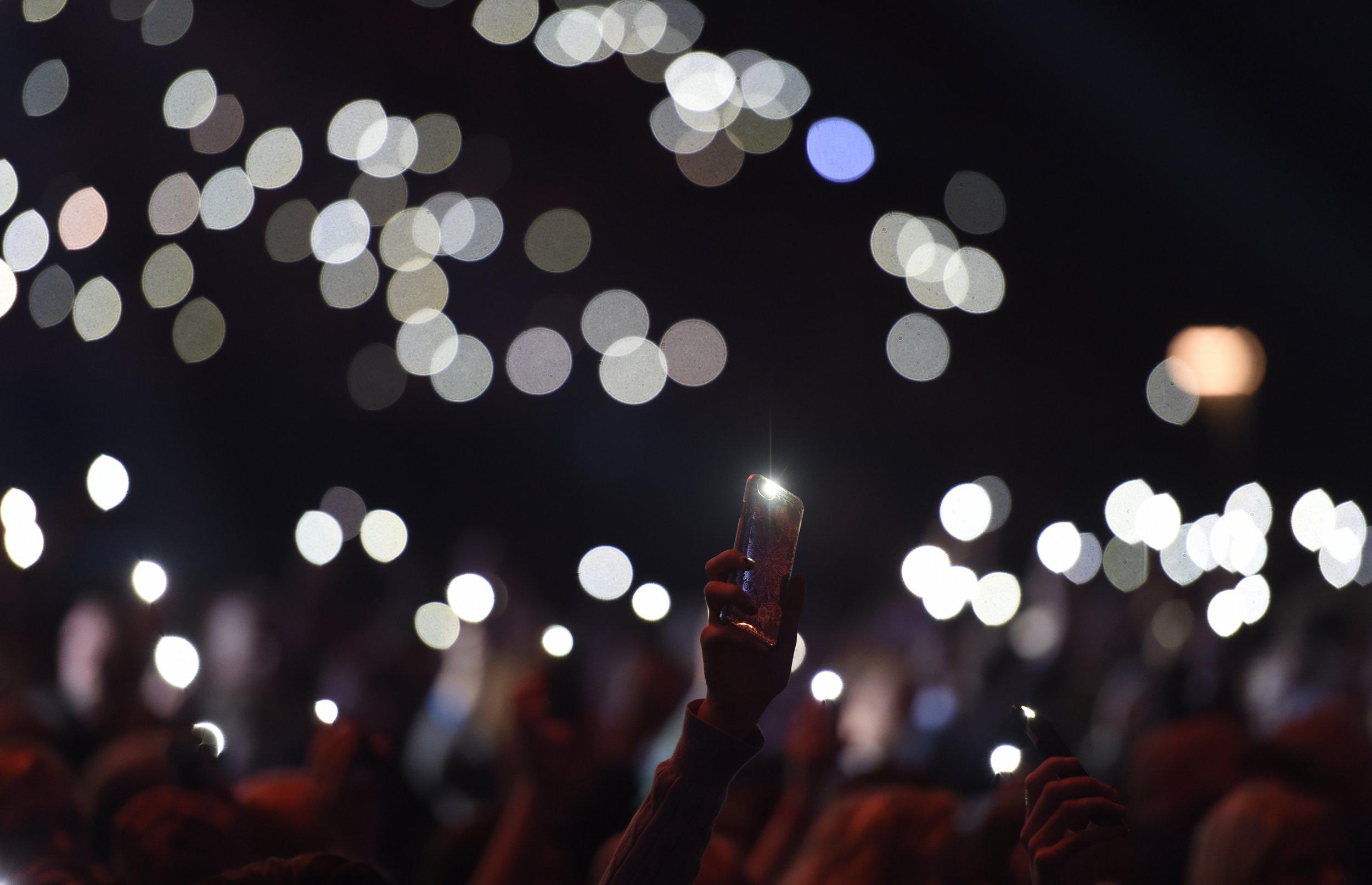 Навальнисты пририсовали к пустому двору бунтовщиков с фонариками