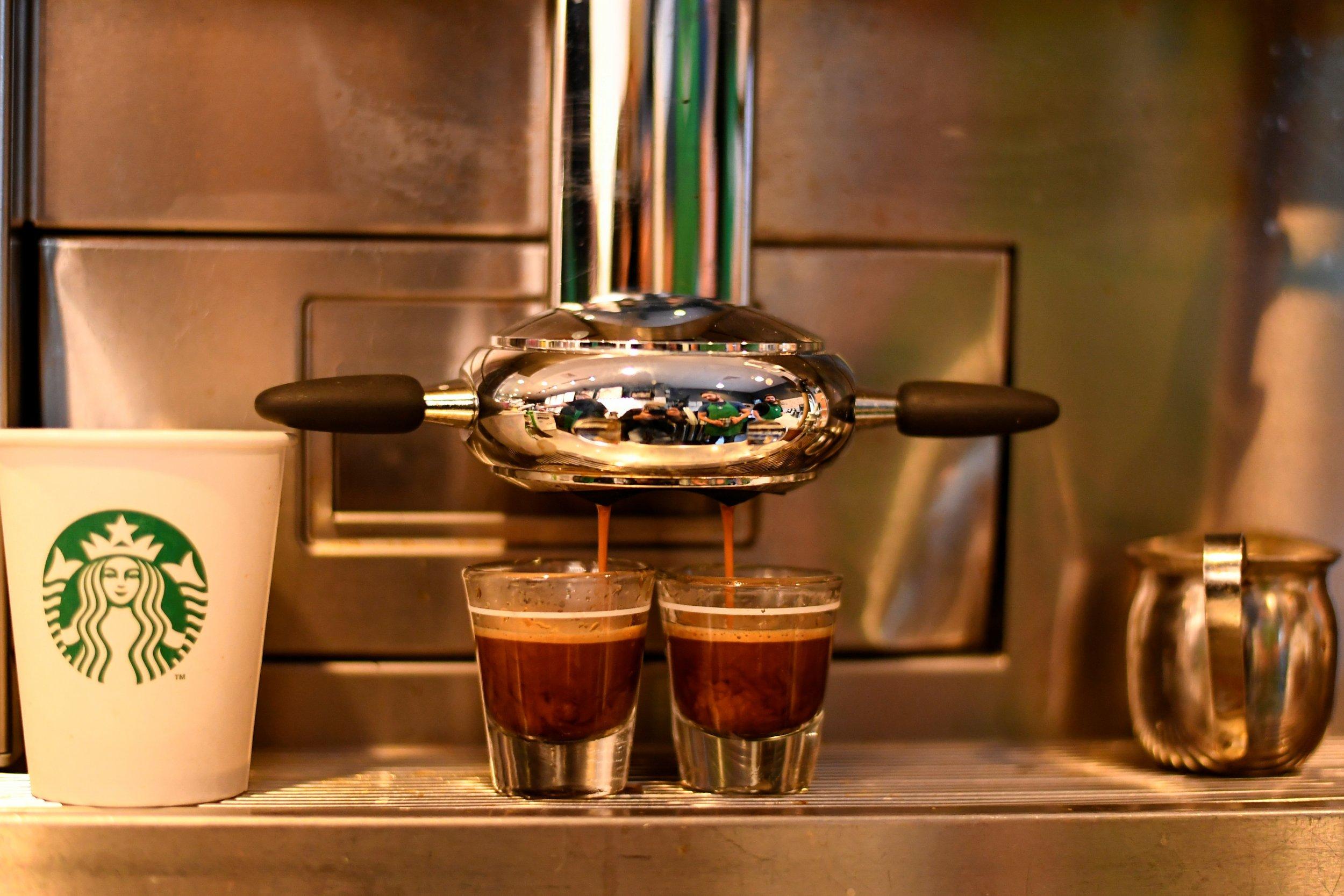 0621_Starbucks_hire_refugees_01