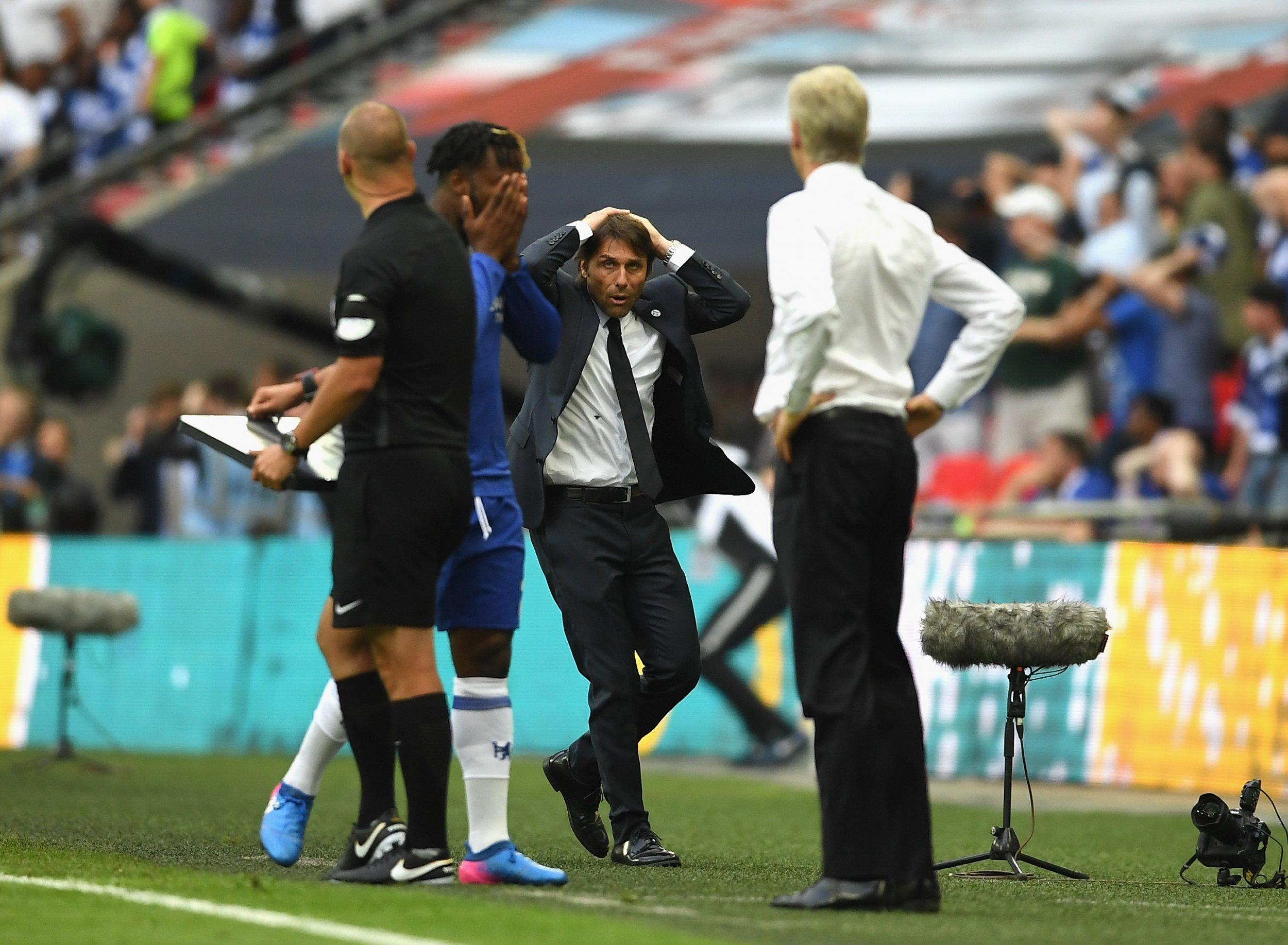 Chelsea manager Antonio Conte, center.