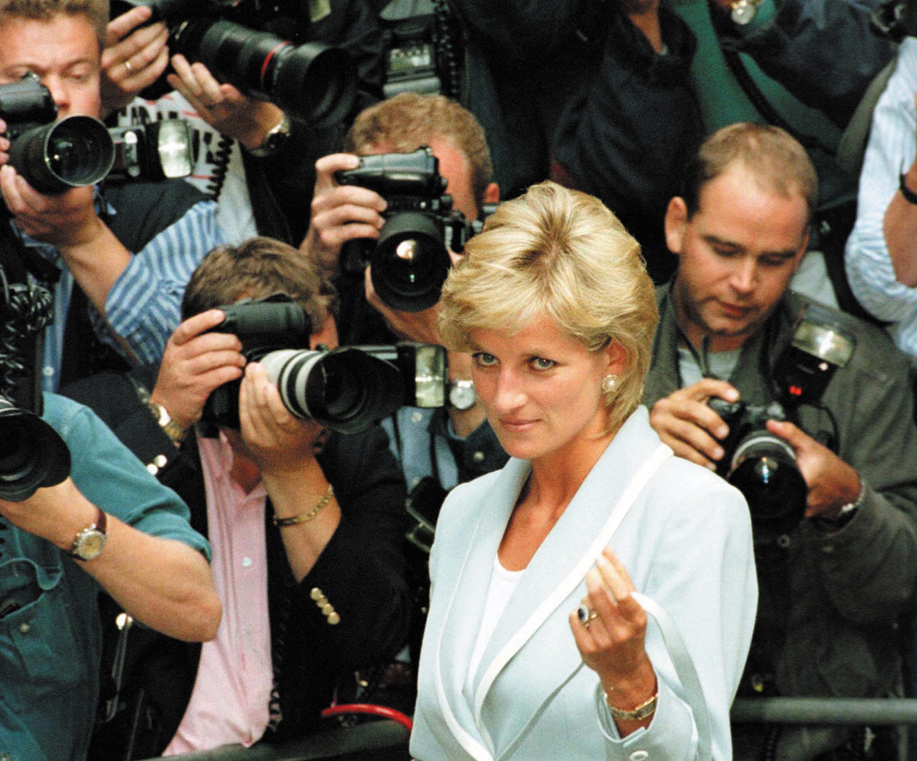 paparazzi chase claims life of princess diana The first 24 hours after the death of princess diana saw a flurry of  paris ritz,  hours before both were killed in a high-speed car chase  in which diana, fayed  and driver henri paul lost their lives  0028-0030: first two police officers arrive  and start to cordon off the accident from gathering paparazzi.