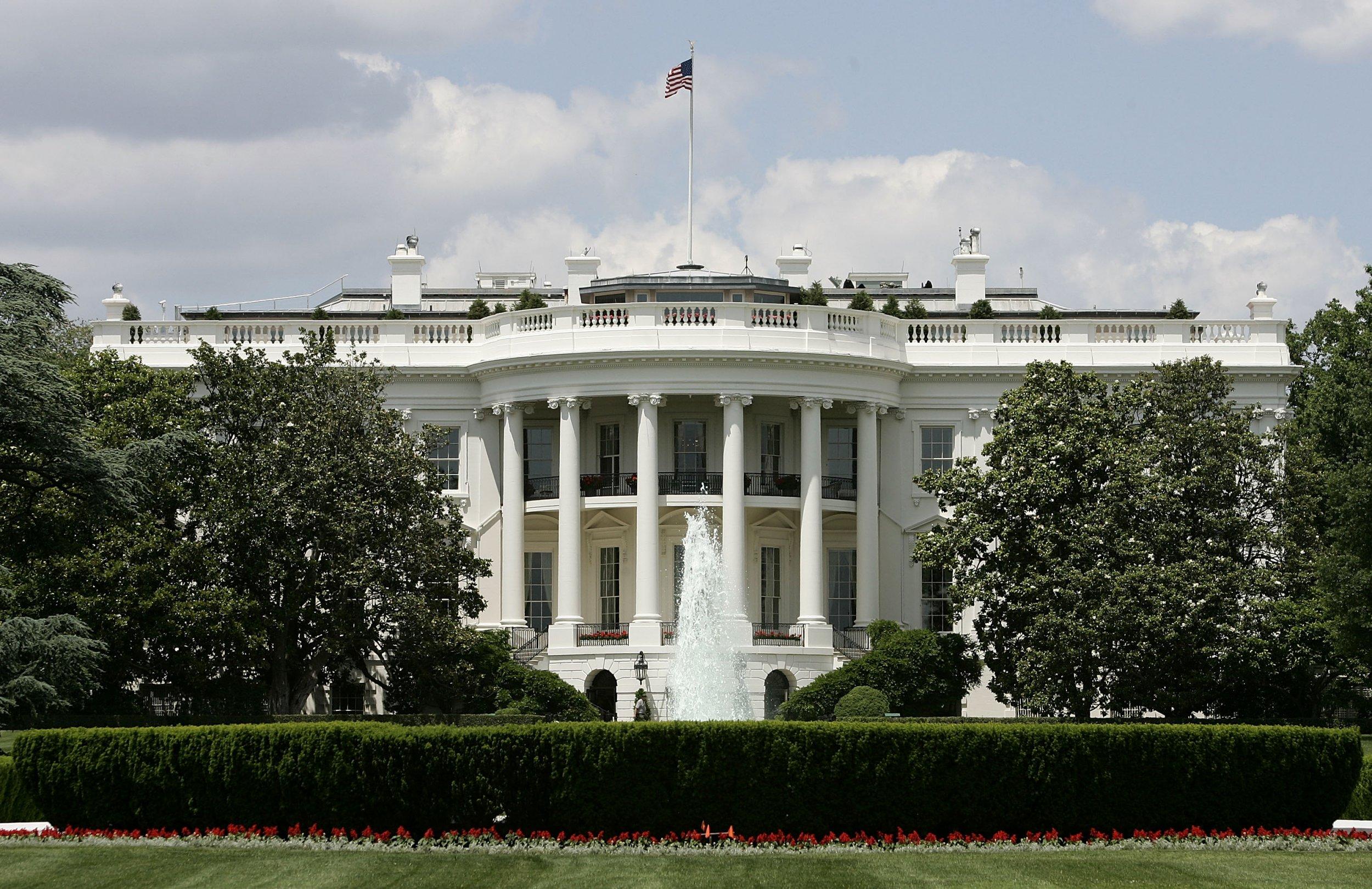 15_09_White_House_boy_mows_lawn_Trump