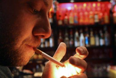 09_18_man smoking cigarette_01