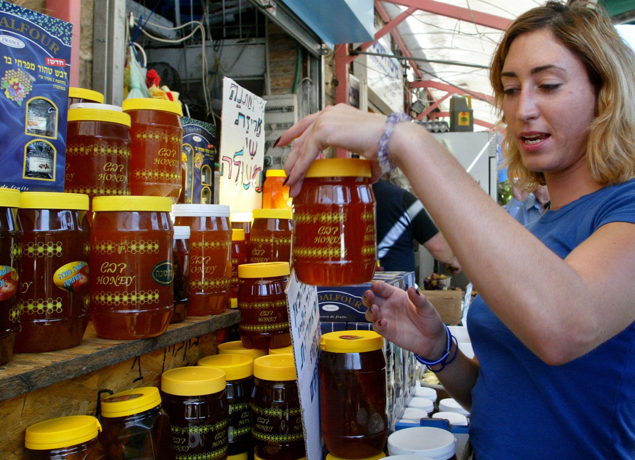 rosh hashana 2017  what food do jews eat to celebrate the