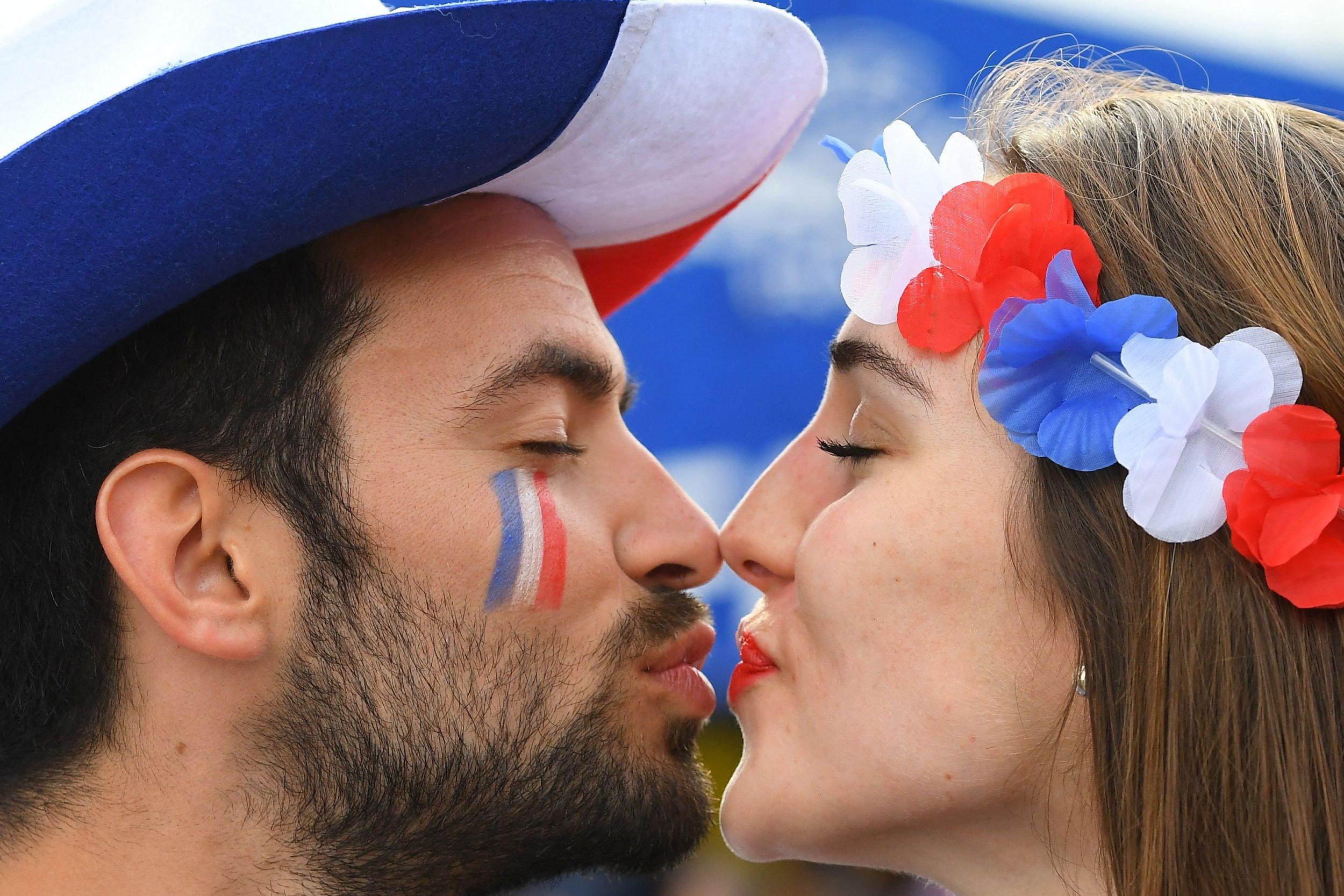 09_21_couple kissing_01