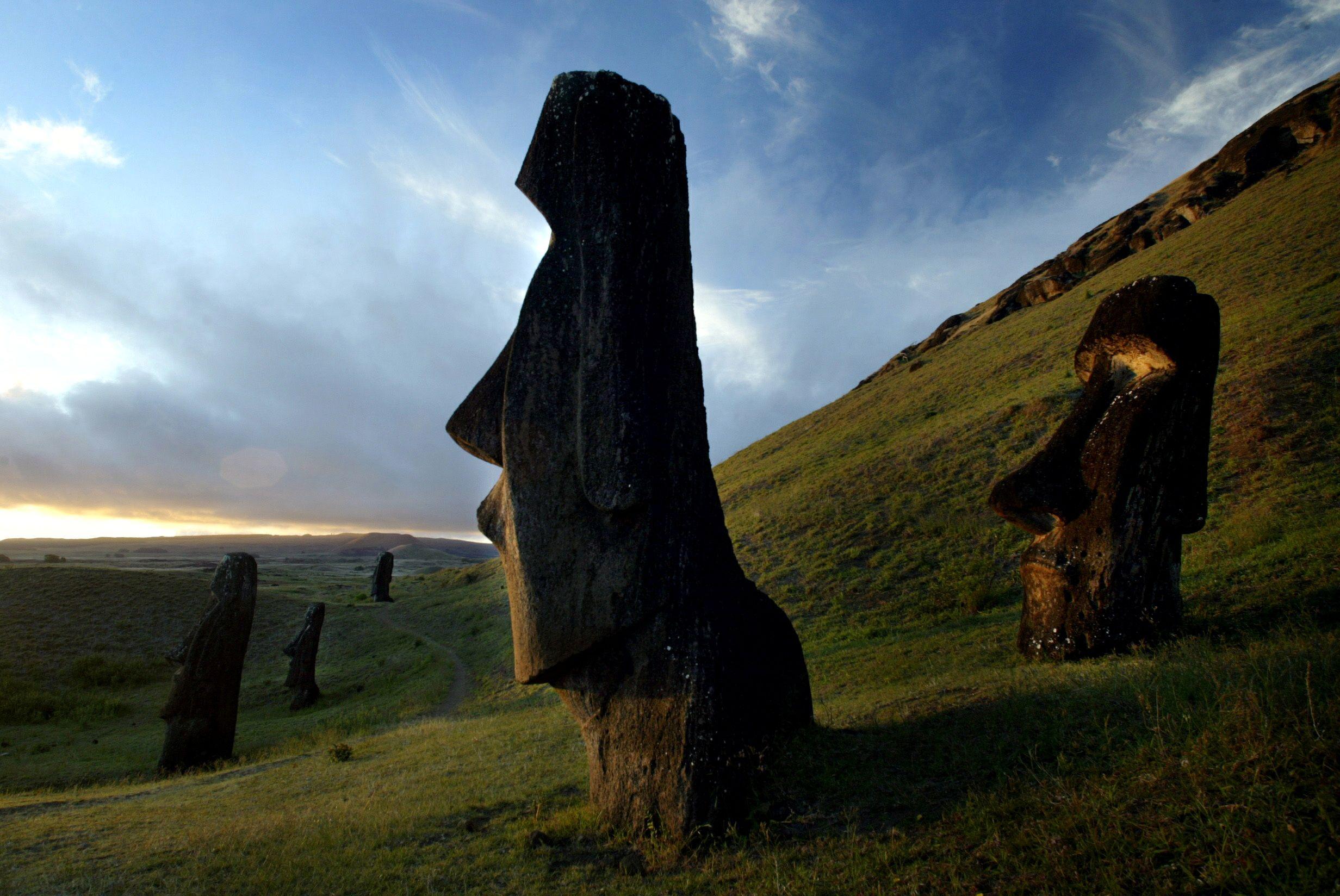 09_26-Easter_Island_Statues