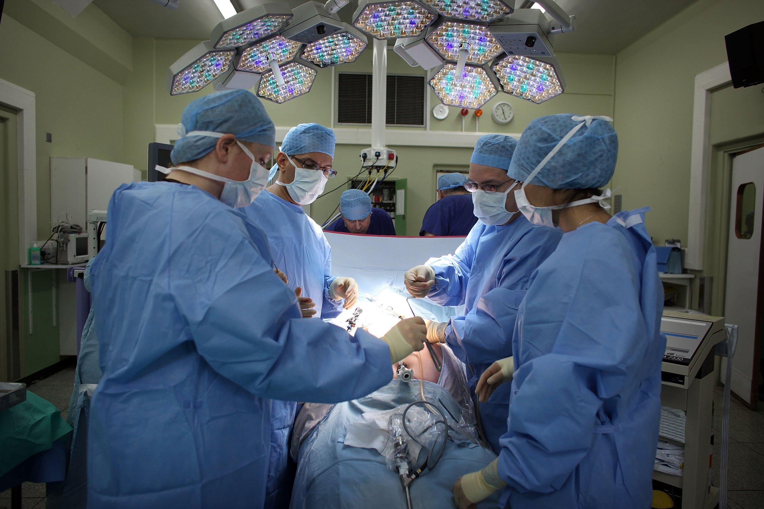 Surgeons_Operating