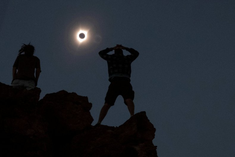 10_20_watching_solar_eclipse