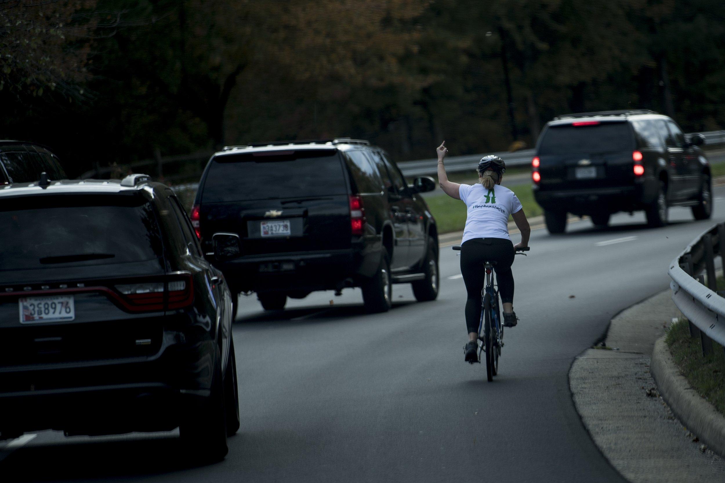 woman-flips-off-trump-motorcade
