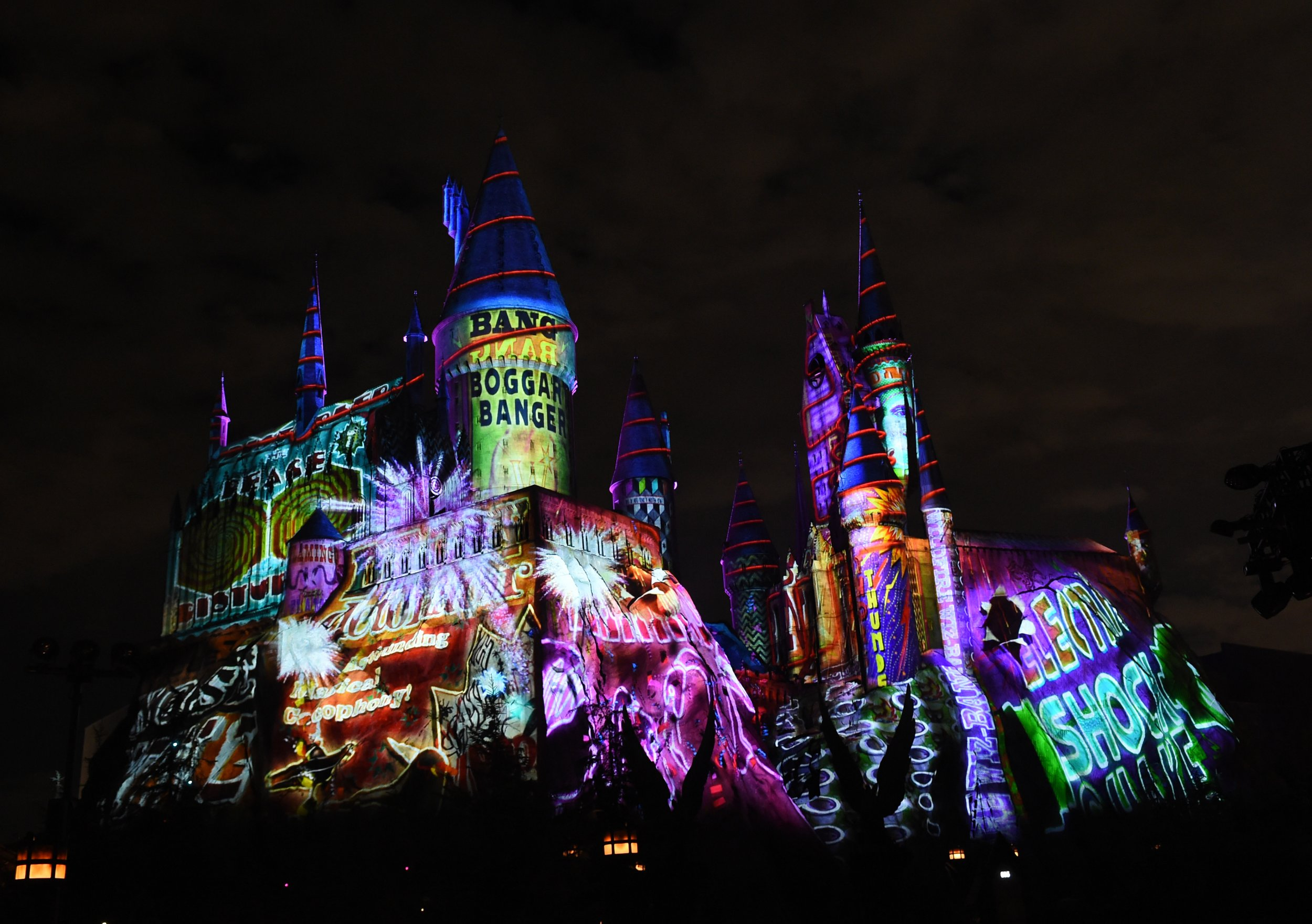 Christmas At Universal Studios Orlando.Universal Studios Lights Up Harry Potter S Wizarding World