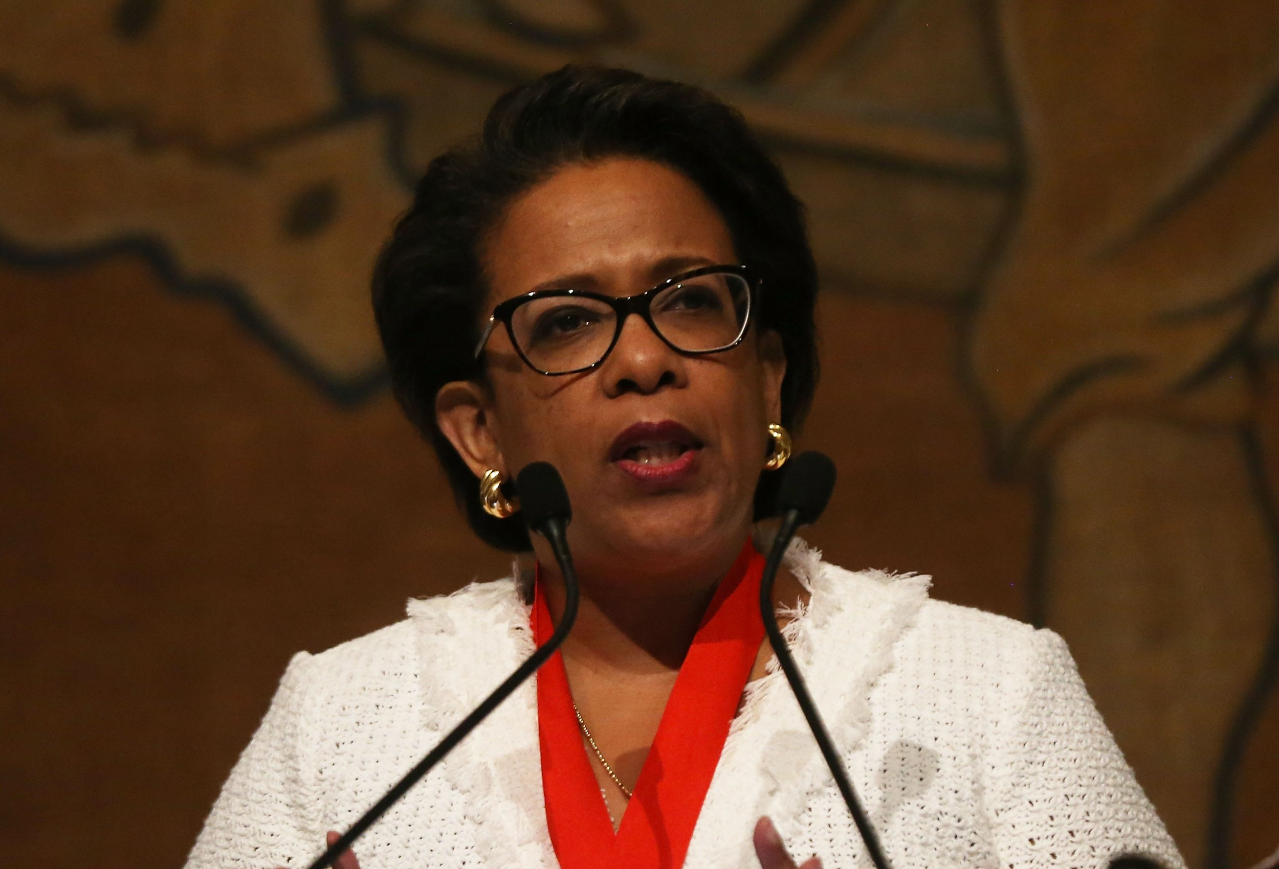 After Clinton Lynch Tarmac Meeting Fbi Scrambled To Find And Punish