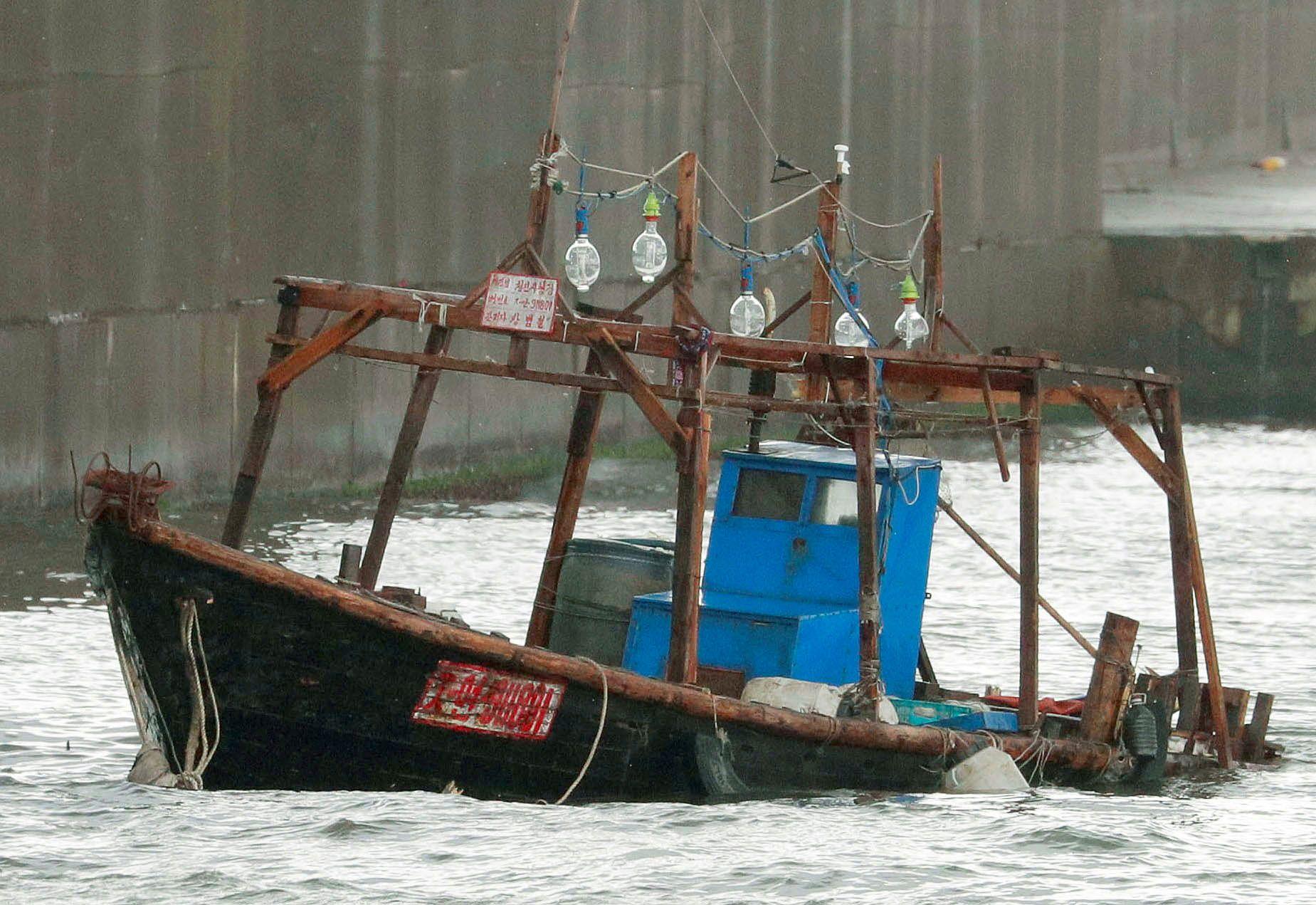 Wooden_boat_North_Korea_Fishermen