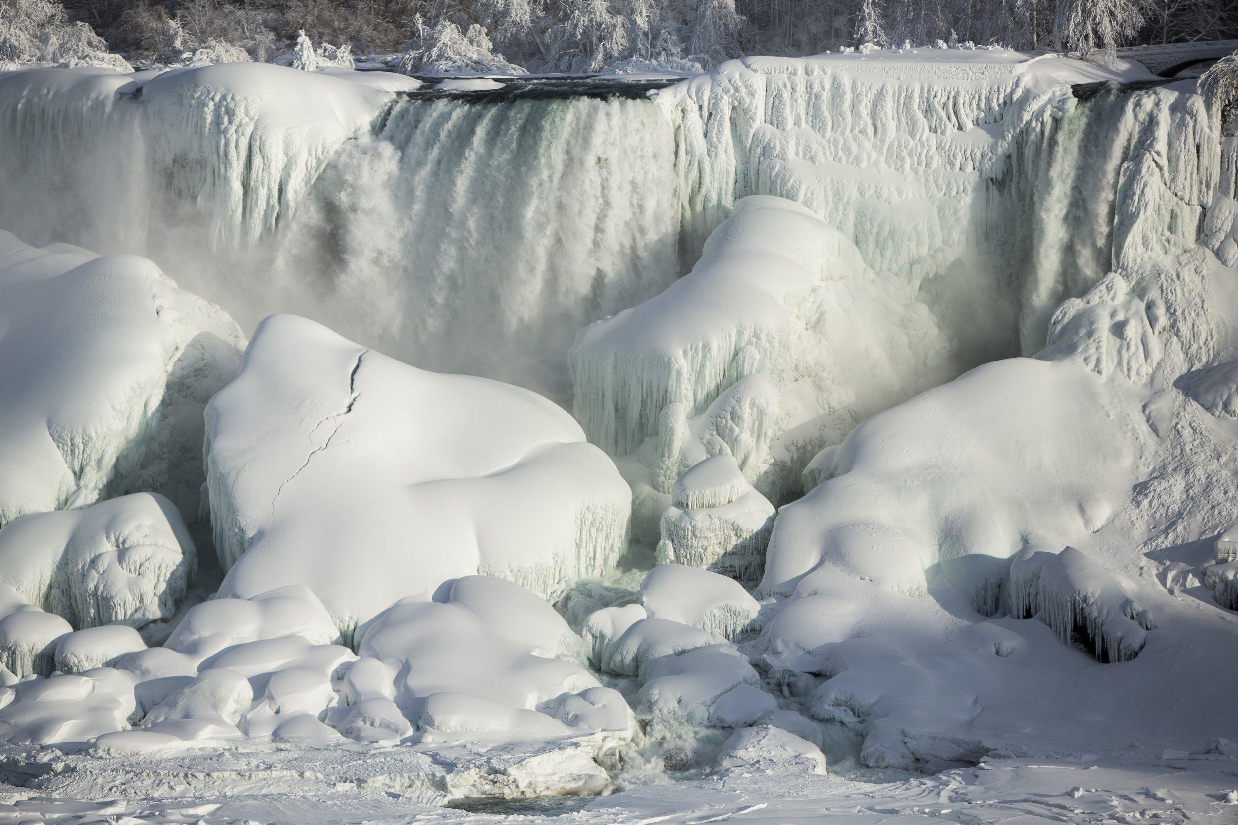 niagara falls snow photos  the waterfalls have frozen over