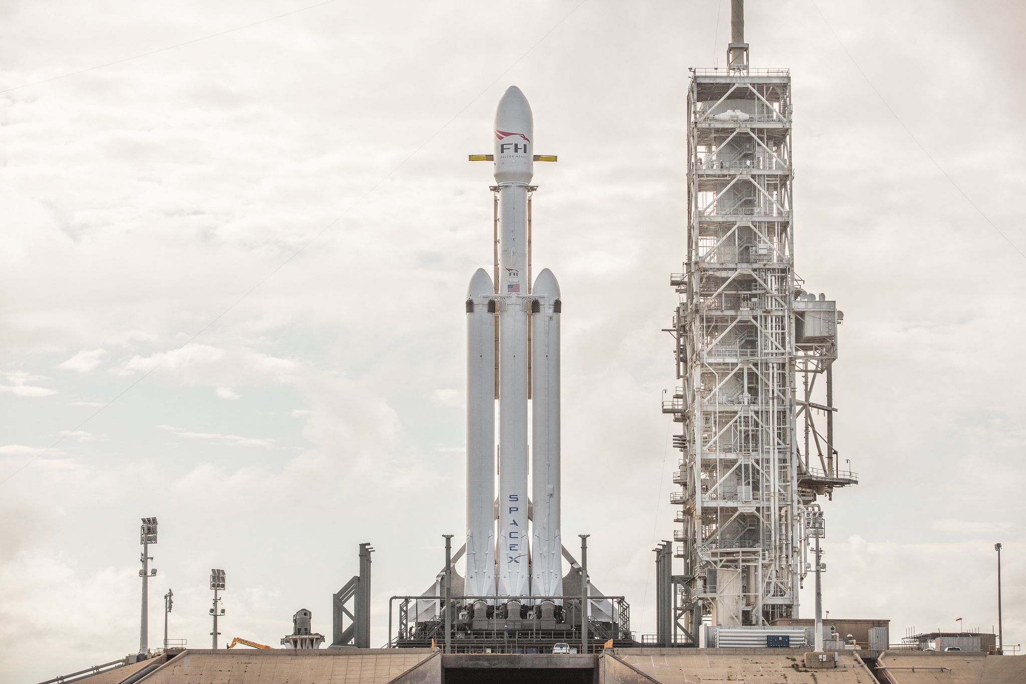 1_4_Falcon Heavy on Launchpad