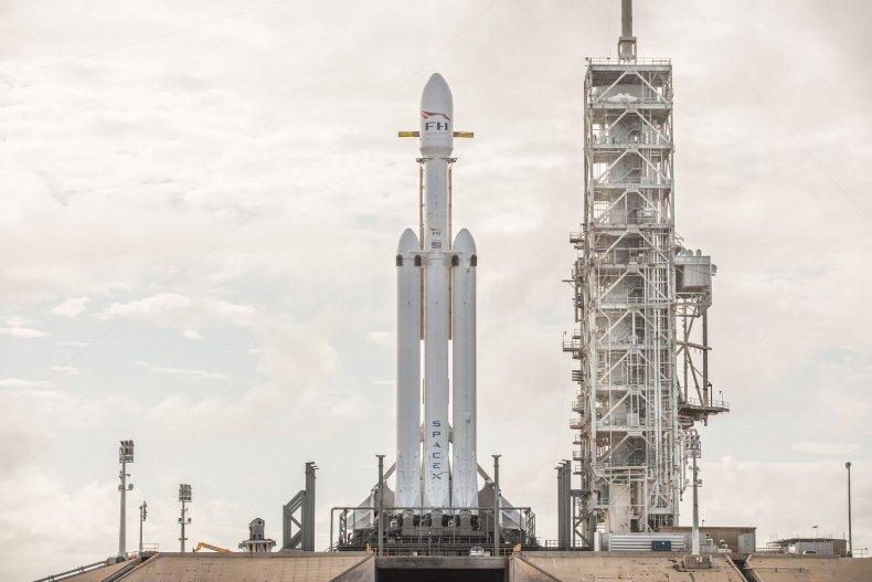 1_4_Falcon Heavy on Launchpad