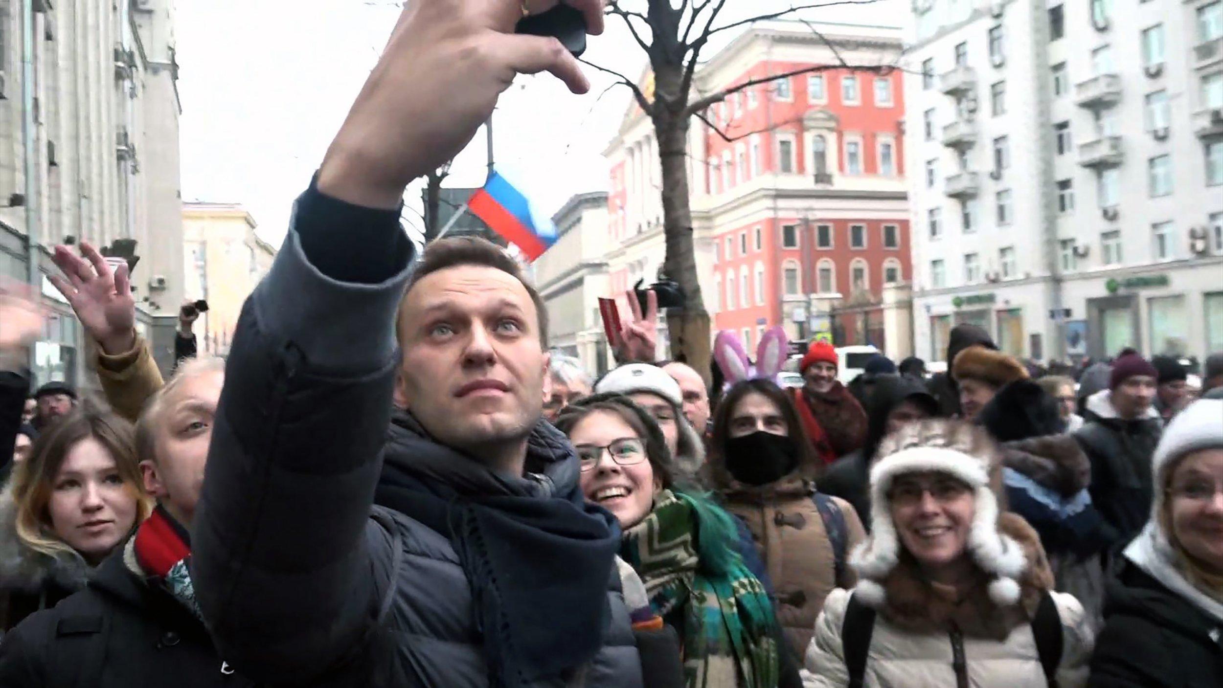 02_16_Navalny_phone
