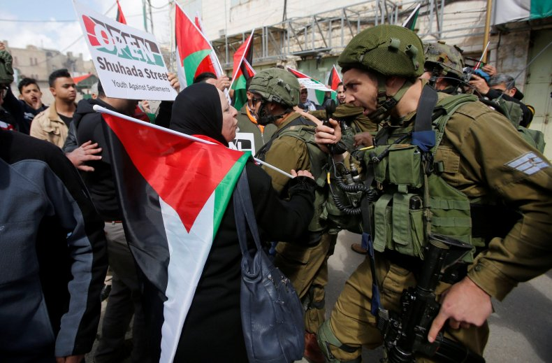 RTX4YKZU Palestinians protest Israeli soldiers