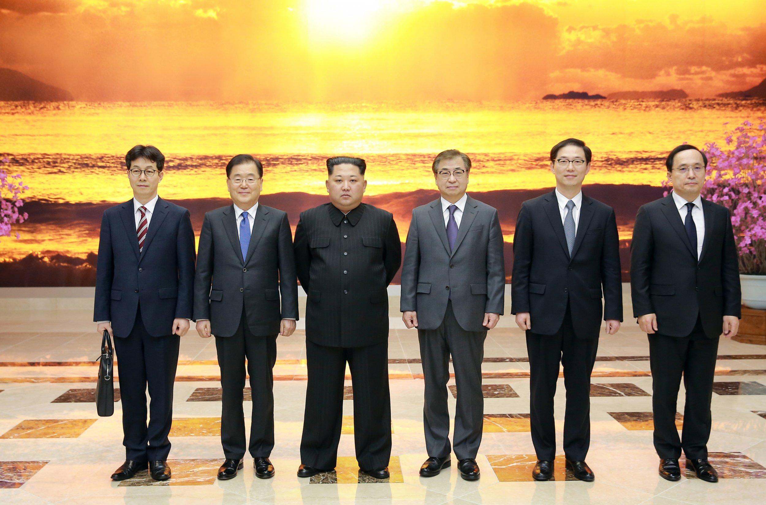 RTS1MBHM Kim Jong Un South Korean delegation