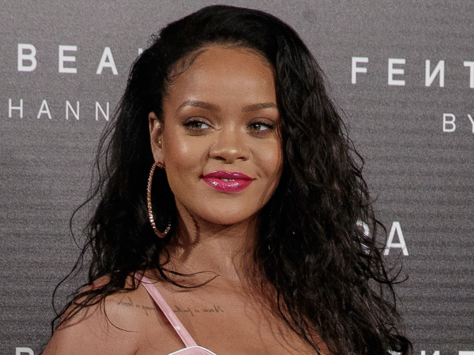 sports shoes 5c1a2 c15b3 Rihanna's New Fenty Makeup Ad With Instagram Star ...