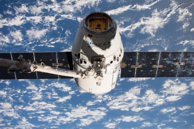spacex dragon craft at iss