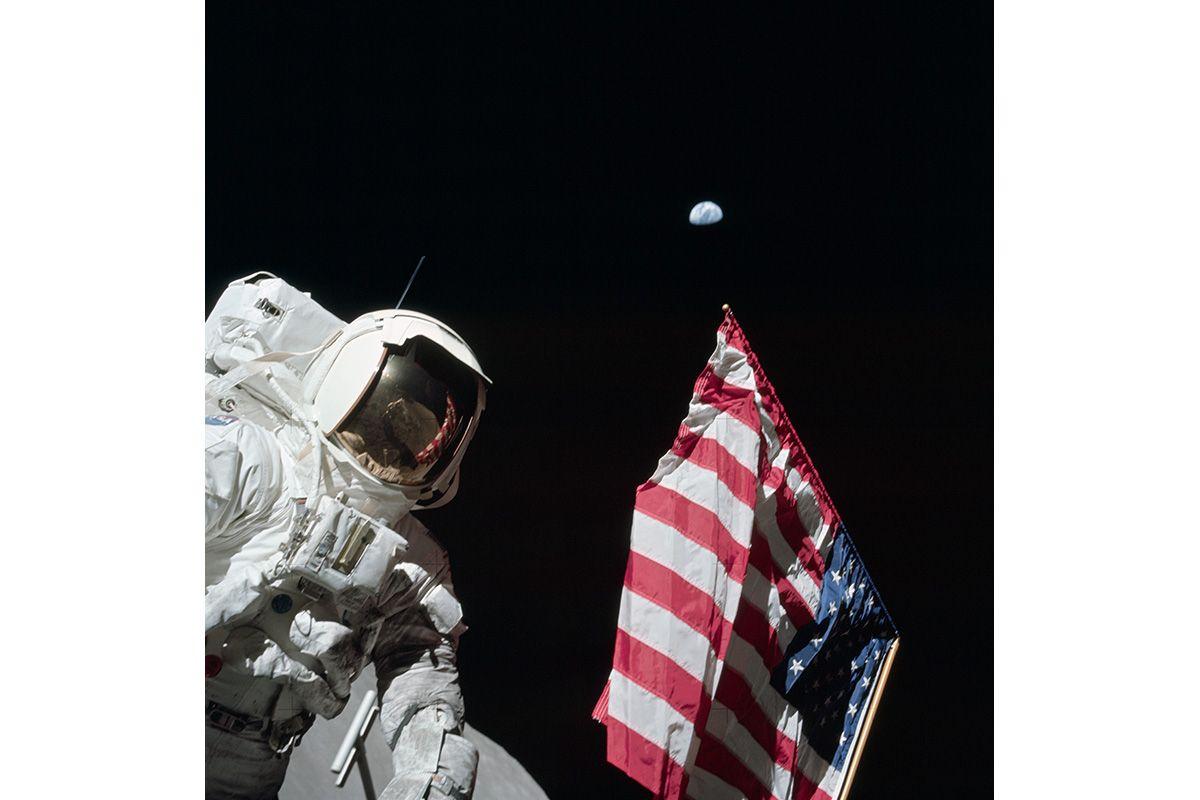 Astronaut_Harrison_'Jack'_Schmitt,_American_Flag,_and_Earth_(Apollo_17_EVA-1)