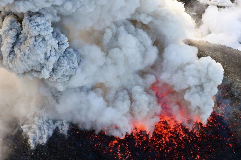 04_06_shinmoedake_emissions_volcano