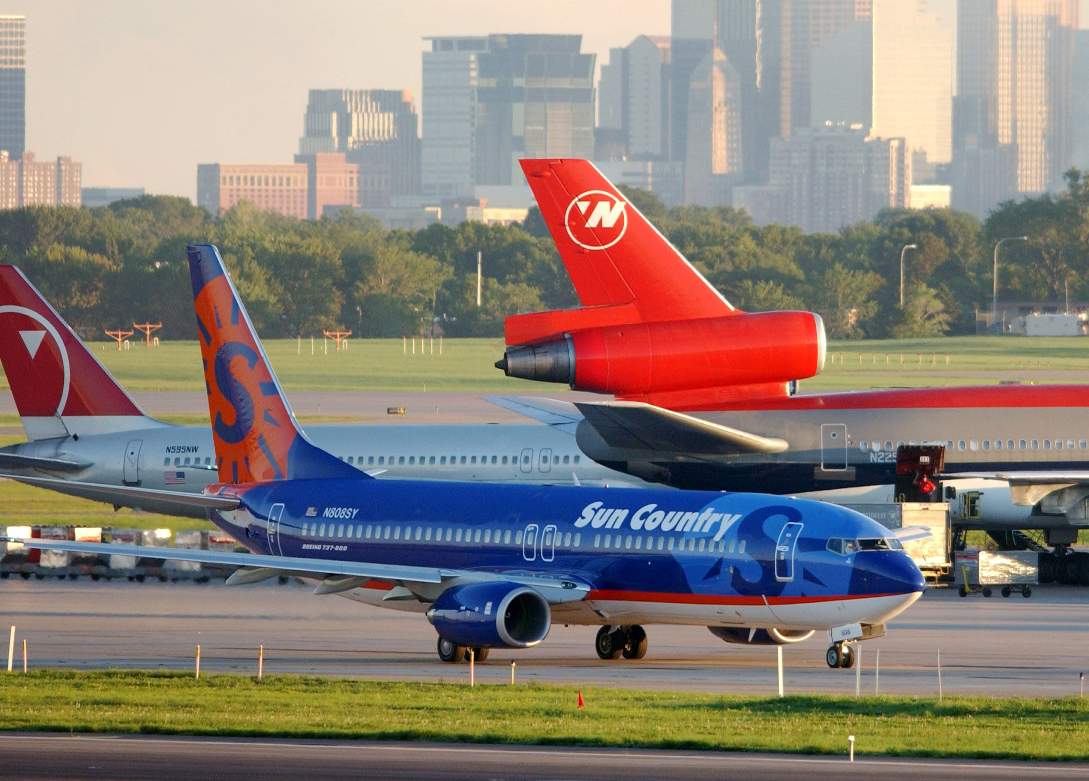 A Sun Country Airlines Boeing 737-800