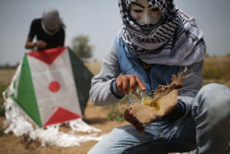 Palestinians kite bomb