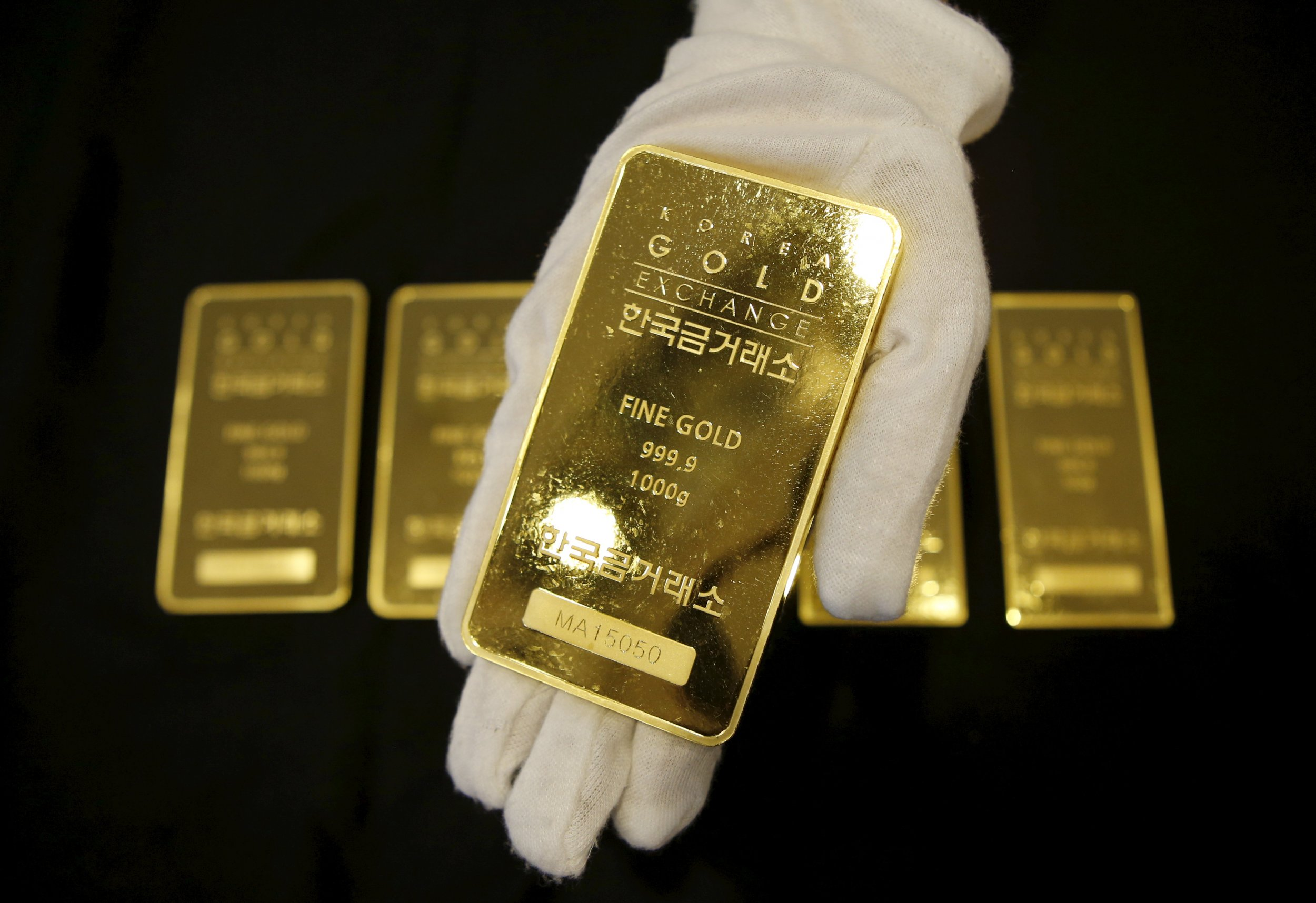 Airport Cleaner Finds 325 000 Of Gold Bars In Trash And