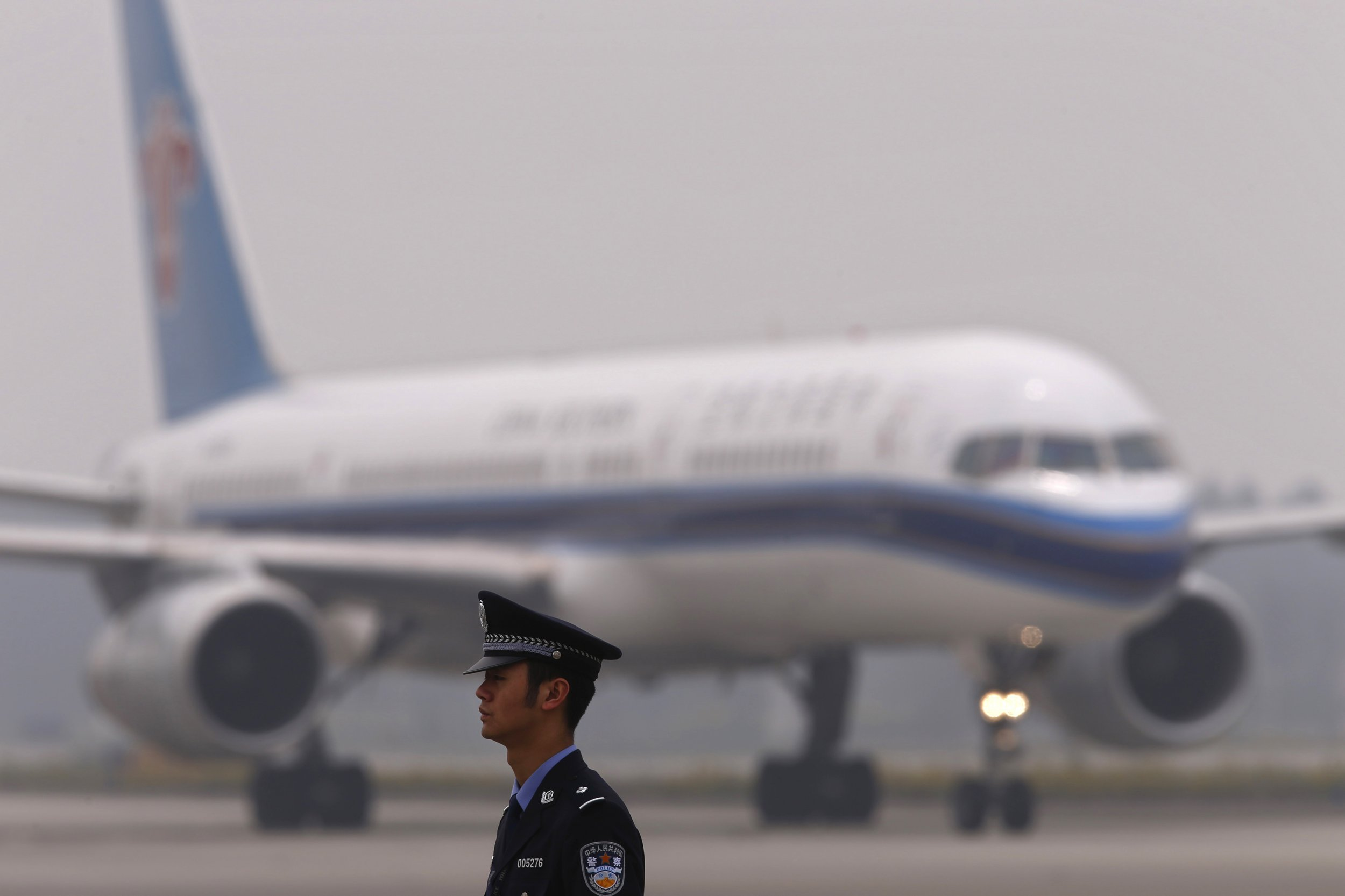 Chinese Airplane Makes Emergency Landing After Cockpit